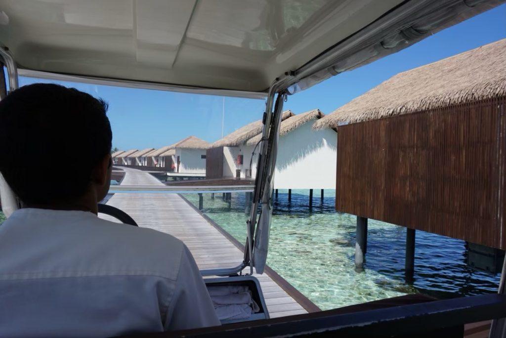 モルディブ島内ではバギーでの移動